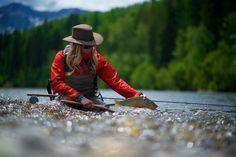 Remise à l'eau d'un poisson par une pêcheuse